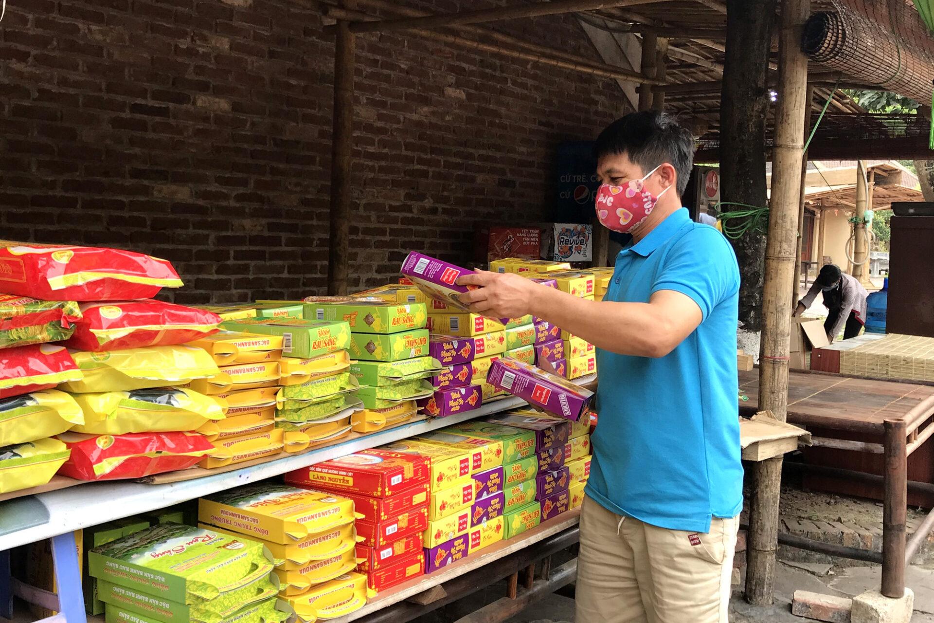 Nhân viên khu làng hành hương Yên Tử sắp xếp hàng hoá, dọn dẹp cửa hàng để đón khách