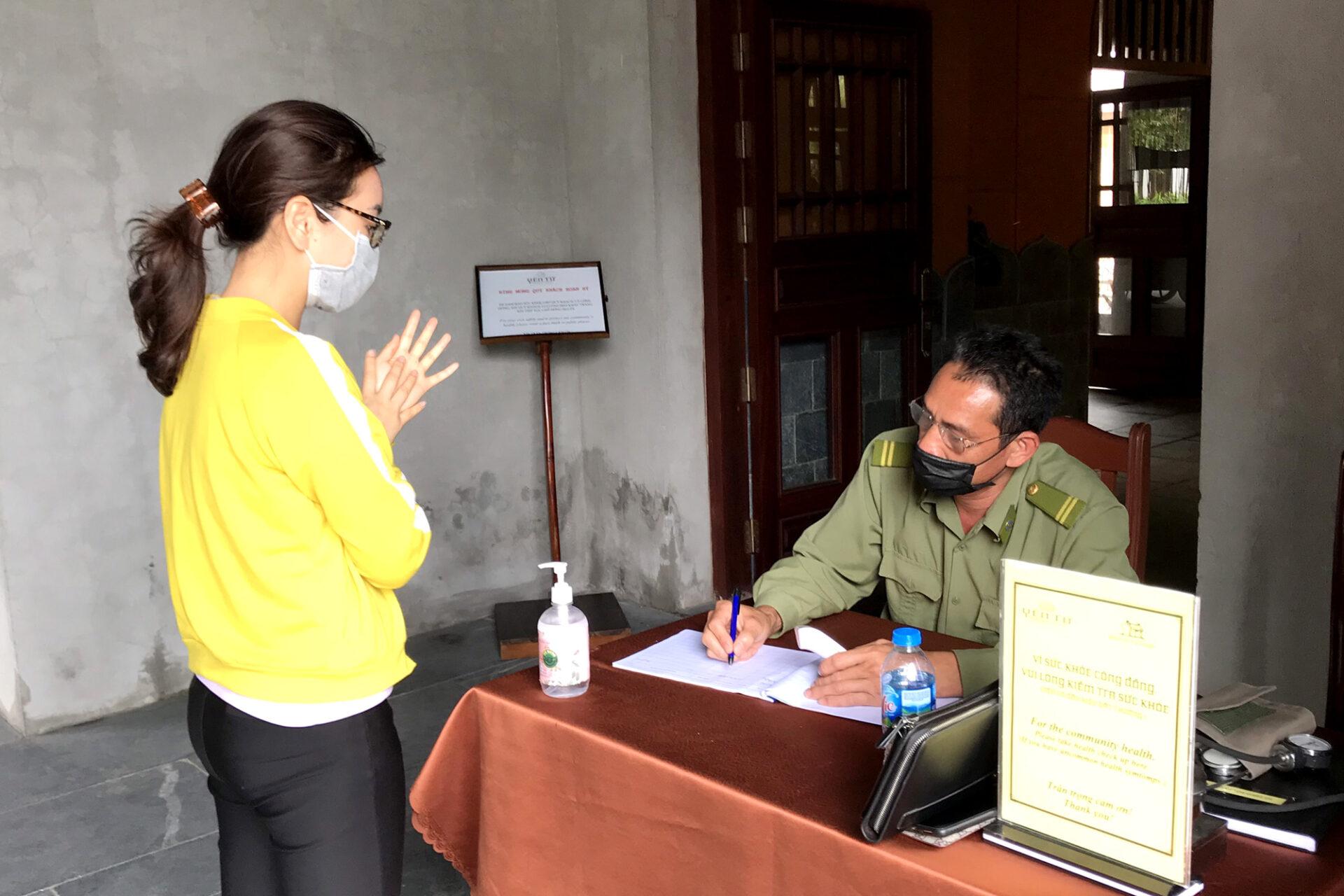 Trước khi đến các điểm tham quan, du khách được kiểm tra thân nhiệt và khai báo y tế