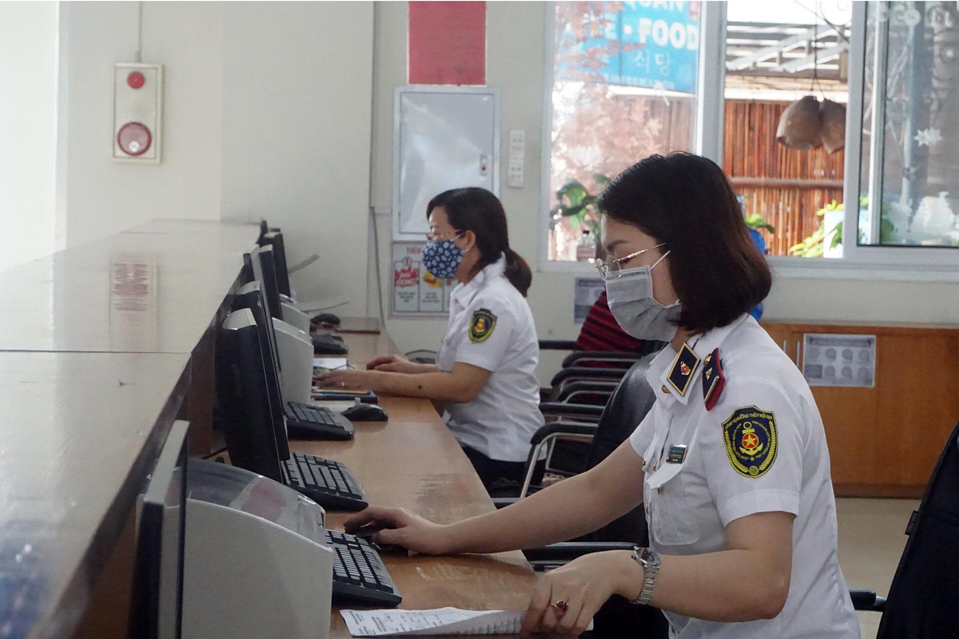 Nhân viên cảng vụ sẵn sàng làm việc tại cảng làm thủ tục cho khách