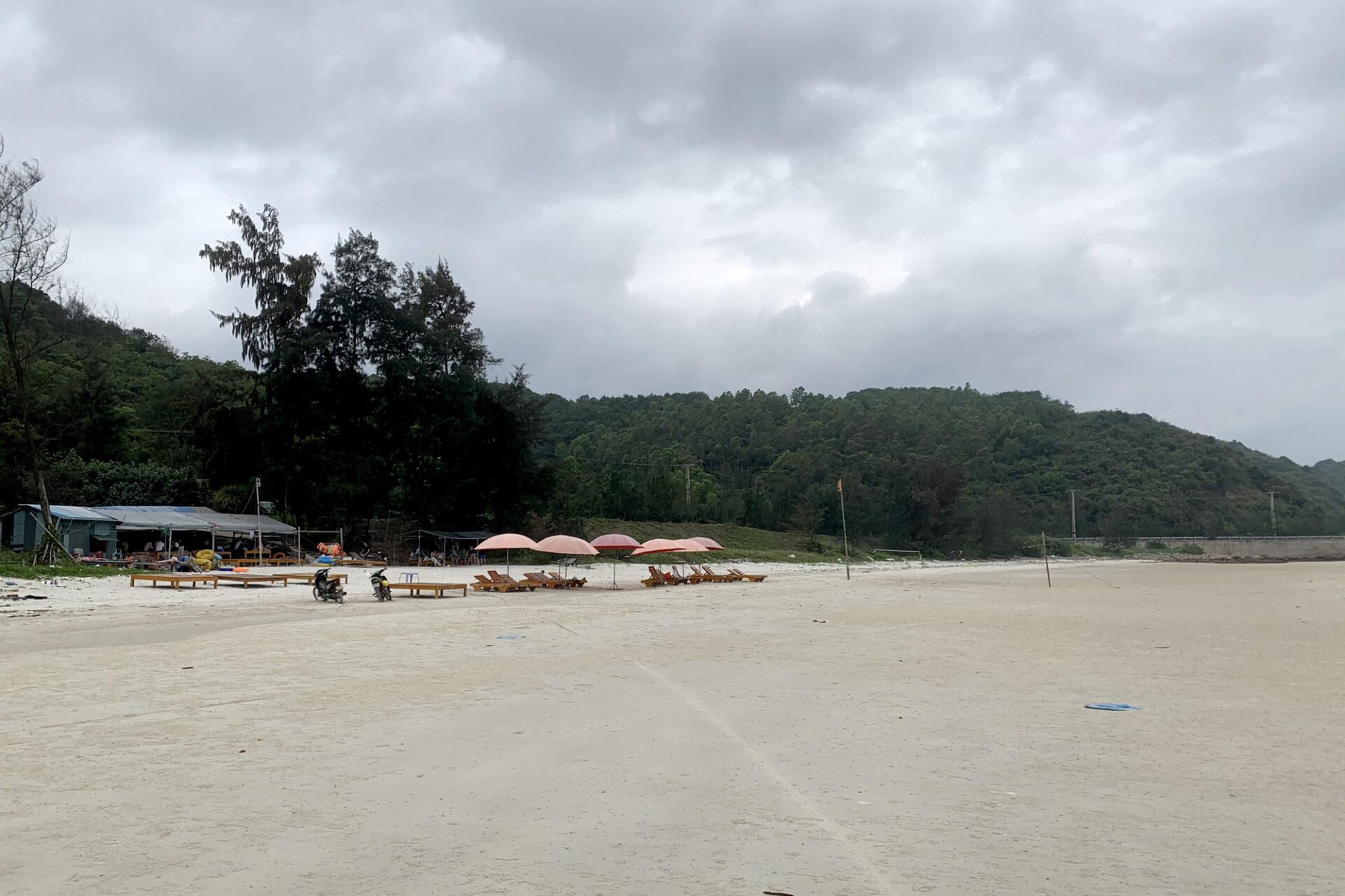 Bãi tắm Minh Châu đã được người dân, các hộ kinh doanh chuẩn bị sẵn sàng đón khách du lịch