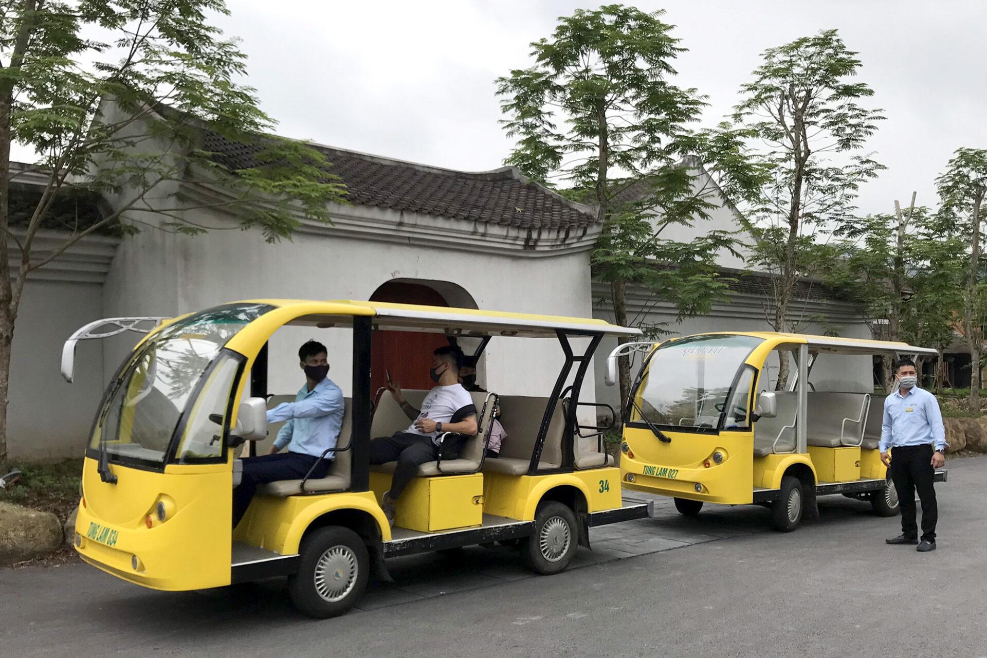 Các xe đưa đón khách tham quan khu di tích danh thắng Yên Tử đã sẵn sàng đón khách